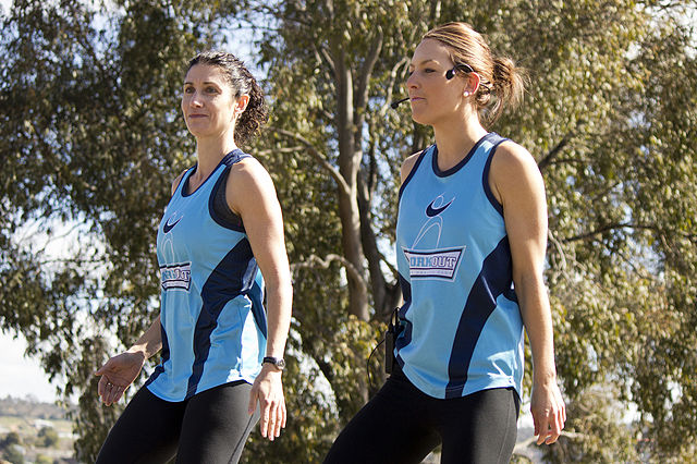 640px-Workout_Wagga_girls_warming_up_the_competitors_before_the_start_of_the_Lake_to_Lagoon